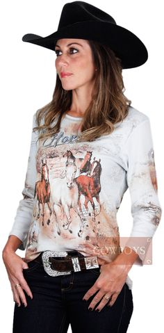 Blusinha West Horses   Blusinha feminina, modelo meia estação, manga 3/4, na cor azul claro e estampa de cavalos. Essa Blusinha estilo country combina com a cowgirl antenada que gosta de estar sempre na moda.
