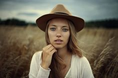 13 steps to set the best portrait photography settings - The Professional Photographer Best Portrait Photography, Best Portraits, Photography Tips, Photos Free, Free Stock Photos, Free Pictures, Brown Cowboy Hat, Cowboy Hats, Photo Hacks