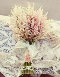 Необычный букет невесты с лентами и кружевом