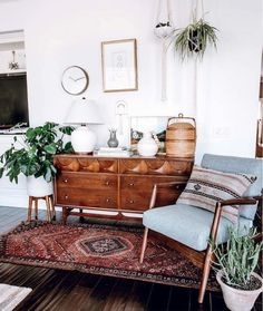 46 Awesome Bohemian Style Home Decor For Your Inspire - OMGHOMEDECOR - This res. : 46 Awesome Bohemian Style Home Decor For Your Inspire – OMGHOMEDECOR – This restrained Bohemian space with patterned rug & pillow potted plants on floor, of a sta – Retro Home Decor, Home Design Decor, Diy Home Decor, Design Ideas, 1920s Home Decor, Warm Home Decor, Design Trends, 70s Decor, Blog Design