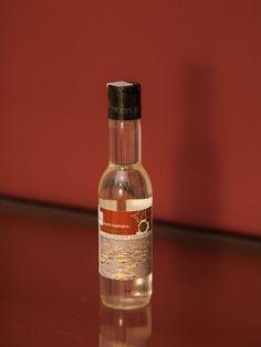 Das Öl pflegt die Haut und versorgt sie mit Feuchtigkeit. Das enthaltene Traubenkernöl sorgt für ein jüngeres Aussehen der Haut.  Idealerweise wird das Körperöl nach der Dusche oder dem Bad angewendet, um die Haut vor Feuchtigkeitsverlust zu schützen. Darüber hinaus ist es auch für Massagen geeignet. Whiskey Bottle, Drinks, Bad, Wine, Cleaning, Drinking, Beverages, Drink, Beverage