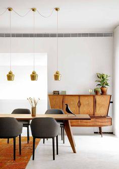 mesa de Prouvé, sillas de los Bouroullec y lámparas de Alvar Aalto para Artek.