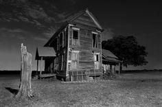 The abandoned Klutts Farmhouse near Rockwall, Texas. Abandoned Farm Houses, Old Abandoned Buildings, Old Farm Houses, Old Buildings, Abandoned Places, Abandoned Vehicles, Abandoned Mansions, Scary Houses, Haunted Houses
