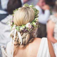 Flowers + sparkles 🌸✨💕 Image by @leemaxwellphotography | Flower Crown by @stemsofsouthwater | Hair Accessory by @myracallan