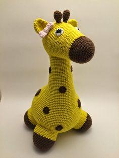 En gul, meget gul giraf er sendt på eventyr. Denne gang med en lille fin lyserød sløjfe. Skal du ikke også hækle en gul giraf? Ops...