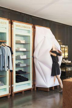 Le studio japonais Schemata Architects a créé un pop-up store plutôt élégant pour la marque World Basics présente chez Merci à Paris