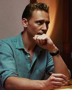 "135 mentions J'aime, 1 commentaires - Hiddlestoner (@just.tw.hiddleston) sur Instagram : ""#twhiddleston #TomHiddleston #thomaswilliamhiddleston #thomassharpe #crimsonpeak #drrobertlaing…"""