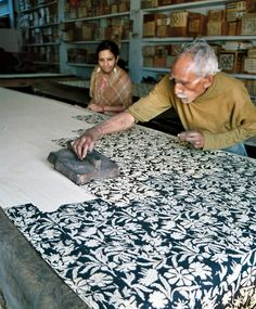 Artisan hand block printing in Bagru village near Jaipur for Mehera Shaw. Photo shows vegetable dye block print. Shibori, Fabric Painting, Fabric Art, Fabric Design, Textile Prints, Textile Art, Wood Blocks, Glass Blocks, Artist At Work