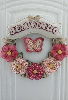 essa outra ideia de guirlanda é unir flores de fuxico com base de feltro Diy Home Crafts, Felt Crafts, Fabric Crafts, Sewing Crafts, Sewing Projects, Flower Crafts, Diy Flowers, Fabric Flowers, Fabric Wreath