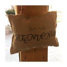 """Un petit message à faire passer ?  Prénom, pièce de la maison ou comme ici un """"bienvenue"""" à accrocher dans l'entrée.  Création sur mesure possible.  Boutique ouverte aujourd'hui de 9h30 jusqu'à 12h15  #libellule #boutique #cafeboutique #creationfrancaise #madeinfrance #alsace #selestat #monalsace #decoration #3ruedu17novembre #cafe #cafeboutique #deco #faitmains #faitmain #madecoamoi #ideecadeau #terrasse #original #madeinlibellule #bienvenue #personnalisation #surmesure"""