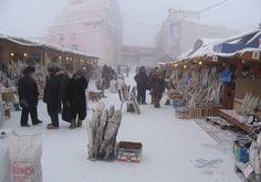 The big chill: Yakutsk's market - The Independent. - La ciudad más fría del mundo Yakutsk, la capital de la República de Sajá, localizada en la parte oriental de Siberia. Por su situación geográfica (a unos 450 km. del círculo polar ártico) es conocida como el lugar más frío de nuestro planeta. Su temperatura media anual es de -10° C, pero en enero, la temperatura oscila entre los -38° y -41°.