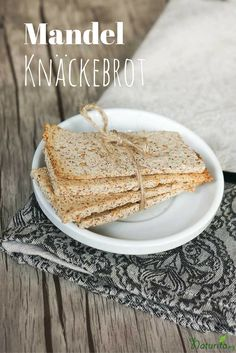 Rettet die Mandelmilch-Trester und macht Mandelknäckebrot! Es schmeckt angenehm süß, ist vegan, glutenfrei und lässt sich sehr einfach machen.