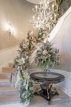 Gorgeous Christmas Staircase Decor Ideas For Inspiration Christmas Stairs, Christmas House Lights, Christmas Wreaths For Front Door, Noel Christmas, All Things Christmas, White Christmas, Outdoor Christmas, Christmas Island, Christmas Design