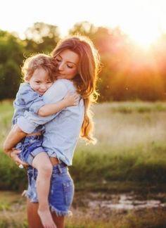 mamá e hijo abrazados en el atardecer