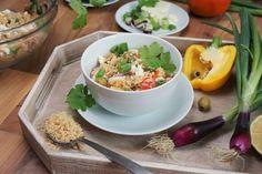 Was für eine Geschmacksexplosion im Mund! Weicher Couscous-Salat mit frischen Kräutern und knackigem Gemüse….und ganz wichtig: Feta!
