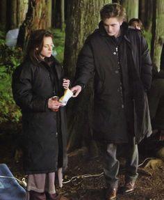 Kristen Stewart & Rob Pattinson -- behind the scenes of 'New Moon' sharing chips