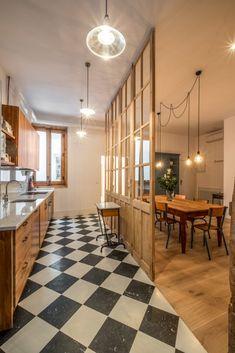 Una pared formada por 4 puertas de derribo recuperadas separa la cocina  del comedor abierto al salón con 2 balcones a la calle. #lacasademiamiga #rusticochic #rustico #rustic