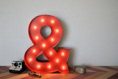 Les panneaux de chaussure de selle sont faits de métal & bois, mesurent environ 20 x 15 1/2. Lumières sont des ampoules à incandescence &