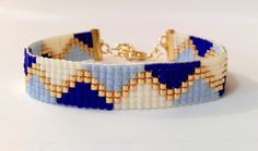 Ce bracelet a été entièrement tissé à la main.  Composition : perles Miyuki Delicas 11/0 Motifs : triangles Couleurs : bleu roi / bleu ciel / beige / doré Largeur : 10mm - 16123003 Loom Bracelet Patterns, Seed Bead Patterns, Friendship Bracelet Patterns, Beading Patterns, Friendship Bracelets, Beaded Braclets, Bead Loom Bracelets, Simple Bracelets, Handmade Bracelets