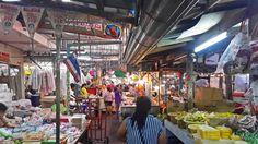 Conheça a capital da Tailândia: Bangkok! Saiba onde se hospedar, onde comer e o que fazer! Jante no Sirocco, vá ao mercado flutuante Damnoen Saduak, entregue comoda aos monges...