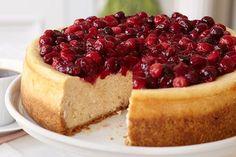 Este cheesecake con canela y arándanos rojos (cranberries) no solo es atractivo visualmente, sino que cautivará al paladar de quién lo pruebe.