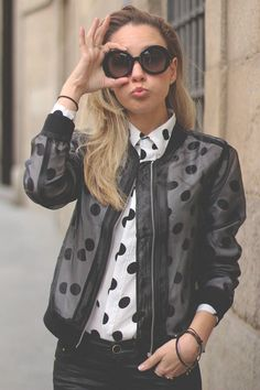 Love the sheer jacket over a fun pattern. Look Fashion, Retro Fashion, Winter Fashion, Womens Fashion, Quoi Porter, Polka Dot Shirt, Outfit Trends, Look Chic, Ideias Fashion