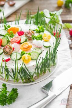 Sandwichtorte - Das Küchengeflüster - This is a sandwich made to look like a cake. Great at parties or to have at family dinner. Brunch Buffet, Party Buffet, Party Finger Foods, Party Snacks, Sandwich Torte, Good Food, Yummy Food, Food Humor, Creative Food