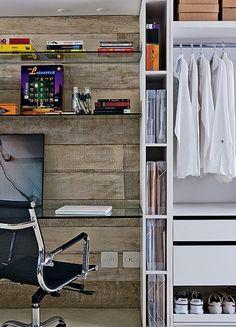 Diante da parede de madeira de demolição do quarto do casal fica o escritório e o closet. Isso prova que ambientes com diversas finalidades ...