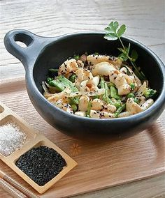 La meilleure recette d'Encornet / calamar sauté poivre & sel! L'essayer, c'est l'adopter! 5.0/5 (4 votes), 5 Commentaires. Ingrédients: INGREDIENTS Pour 3/4 portions - à compléter avec du riz ou des nouilles si besoin, - 500 / 600 Gr de calamar ou d'encornet ( lamelle ou anneau) , - 500/600 De légumes au choix cuit à la vapeur (ici mix pois,haricots et brocolis) - 1 citron, - 2 oignons, - 4 éclats d'ail, - 3 CS d'huile d'olive - 1 CS ...
