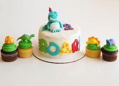 [Homemade] Dinosaur Themed Cake & Cupcakes