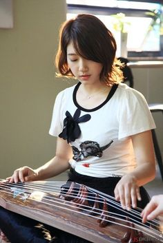 Park Sin Hye playing the gayageum..!