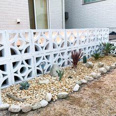 """ryo_house on Instagram: """"ドライガーデン☺︎ . ローズマリーなどのハーブを引っこ抜いて、#アガベ #サボテン #ユッカ #ソテツ などに選手交代! . パークチップはヤスデの巣になるので全部取り除いたよね💦 . ストーリーにも載せたけど、良い植物売ってるところ見つけたからこれから通い確定😊 .…"""" Front Steps, Fences, Exterior, Plants, Gardening, Decks, Blue Prints, Lawn And Garden, Picket Fences"""