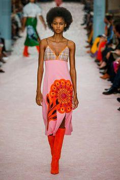 Carolina Herrera Spring Summer 2019 fashion show at New York Fashion Week (September NYFW RTW. Estilo Fashion, Look Fashion, Runway Fashion, Fashion News, High Fashion, Fashion Design, Fashion Trends, Carolina Herrera, Streetwear