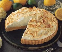Lemon Pie Recipe - Delicious, sweet, not very complicated. Very cold a pleasure ! - We explain how to prepare this exquisite recipe in a fast, simple and very homemade way pies pies recipes dekorieren rezepte Peruvian Desserts, Peruvian Recipes, Lemon Pie Receta, Just Pies, Delicious Desserts, Yummy Food, Pie Cake, Yummy Cupcakes, Creative Food