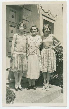 Vintage Snapshot Photo 3 Women 1920s Fashion Hair Style Pretty Young Woman |