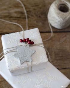 DIY Weihnachtsgeschenke verpacken mit DIY Geschenkpapier mit Sternenrelief, Betonanhängern und Beeren