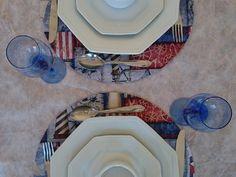 Sousplat MDF, redondo, dupla face, revestido em tecido impermeabilizado e pintura nas cores do tecido, verniz fosco. <br> <br> <br> <br>O cliente faz a escolha do tecido. <br> <br>-- <br>O sousplat servia para evitar que comensal deixasse respingar nas toalhas de mesa parte do que estivesse comendo, evitando o embaraço. Mas nós achamos que também serve para dar um toque a mais, na mesa de jantar. Você não acha? <br> <br>Comprando 4 peças você recebe 10% de desconto. <br>Produto em cores…