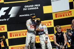 Hamilton felicitando a Checo Perez por su 3er lugar en el #GPCanada #F1