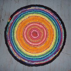 How to make a toothbrush rug -- WOW! What a great use for old fabric, worn sheets, and other material that I'm not planning to use.  Can't wait to start on my new rug!