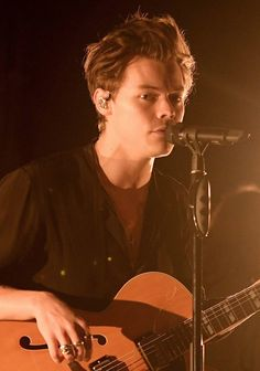 NEW | A Peek into Harry's first, very intimate Solo Concert! Follow rickysturn/harry-styles