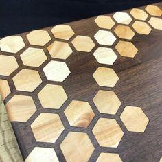 Large Honeycomb inlay Cutting board Walnut & Maple Pattern 2 | Etsy Diy Cutting Board, Wood Cutting Boards, Diy Wood Projects, Woodworking Projects, Epoxy Resin Wood, Resin Furniture, Got Wood, Honeycomb Pattern, Stainless Steel Screws