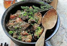 Älgkött eller högrev av nöt är bäst till den här smakrika grytan med porter. Medan, Sprouts, Beef, Vegetables, Food, Meal, Vegetable Recipes, Hoods, Ox