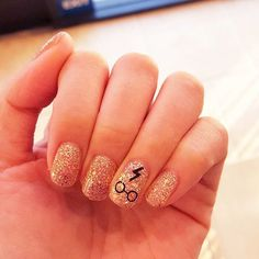 Here is a collection of stunning examples Harry Potter manicure nail art designs for your inspiration. Take a look at Harry Potter nail art images gallery Harry Potter Nail Art, Harry Potter Nails Designs, Cute Nails, Pretty Nails, Hair And Nails, My Nails, Glitter Nails, Gold Glitter, Gold Nails