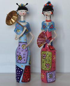 *PREÇO UNITÁRIO    Bonecas na garrafa com detalhes em biscuit.    Variação nas cores e modelos sob consulta.    Cobertas com verniz fosco.    Em caso de dúvida, entre em contato.    Altura: 35.00 cm  Largura: 12.00 cm  Comprimento: 7.00 cm  Peso: 300 g Painted Glass Bottles, Glass Bottle Crafts, Bottle Art, Hobbies And Crafts, Arts And Crafts, Home Decor Hooks, Diy Mothers Day Gifts, Rock Decor, Mother's Day Diy