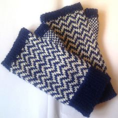 Waterhouse mitts by Patricia Clift Martin, free pattern. Crochet Gloves, Knit Mittens, Knitting Socks, Knit Crochet, Fair Isle Knitting Patterns, Knitting Charts, Free Knitting, Fingerless Mitts, Wrist Warmers