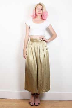 Vintage skirt. Champagne gold with an on tone print. Unlined. Elastic waist back. Pleated waist front. Midi length. *notes: hand hemmed. Shoulder Width:  Bust:  Waist: 28-37 Hips: 48 Length: 34.5 Tag: Breckenridge. 6. 100% polyester. Fits Like: L  Accessories are not included unless listed in the item description For reference the model is 57, and a US size 2.     **PAYMENT/ SHIPPING/ REFUNDS/ SIZING: Please review my shop policies before buying. Thank you…