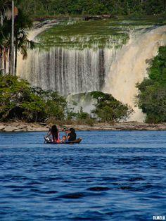El Parque Nacional Canaima ubicado en el Estado Bolívar, Venezuela. Fue instaurado el 12 de junio de 1962 y declarado Patrimonio de la Humanidad por la Unesco en el año 1994.Una de las cosas que más llama la atención es el color del agua, que es rojiza, debido a la gran cantidad de minerales que contiene. Así mismo la arena tiene un suave color rosado, por efecto del cuarzo.