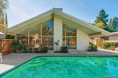 Universal Studios Painter's A. Quincy Jones Modern in Tarzana - Curbed LA Mid Century House, Mid Century Style, Universal Studios, Maison Eichler, Bungalow, Moderne Pools, Quincy Jones, Los Angeles Homes, Retro Home Decor