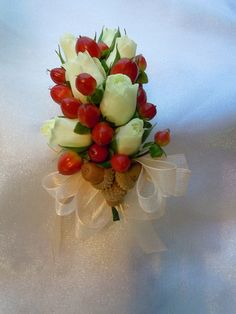 White spray roses, red hypericum berries and tiny acors White Spray Roses, Wedding Corsages, Acorn, Berries, Strawberry, Wedding Ideas, Fruit, Red, Design