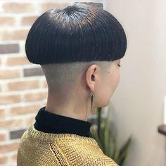 Stunningly classy look. Glossy Hair, Shiny Hair, Short Hair Cuts, Short Hair Styles, Mushroom Hair, Bowl Haircuts, Buzzed Hair, Clipper Cut, Shaved Nape